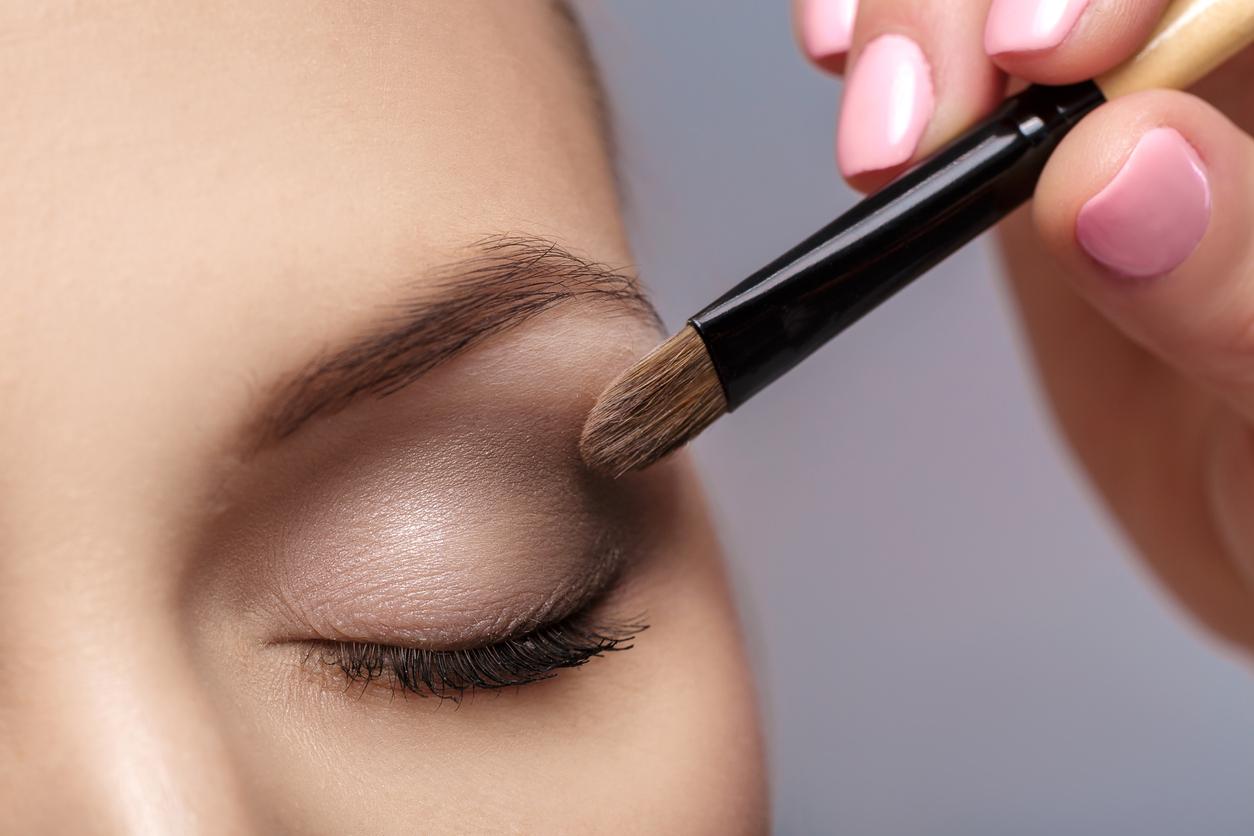 Mujer maquillándose las sombras de los ojos