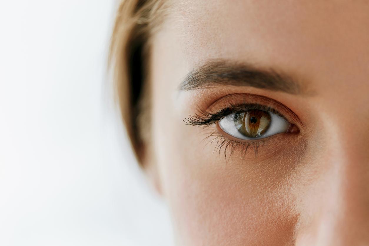 Primer plano de ojo marrón de mujer