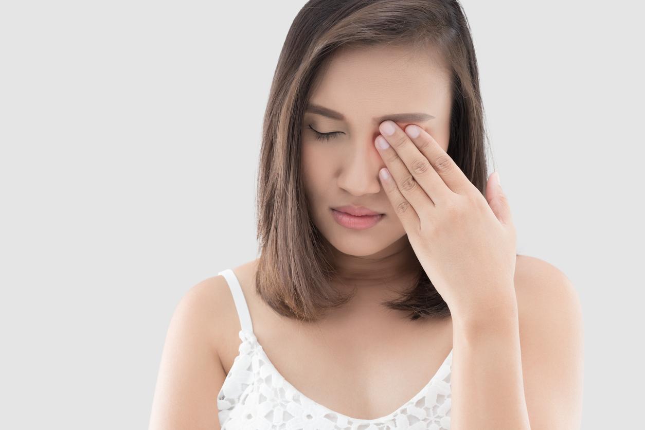 Chica joven tocándose el ojo
