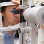 ¿Qué causa la visión distorsionada?