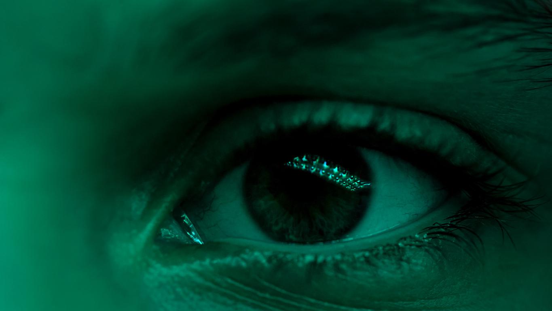 Primer plano de ojo con luz verde