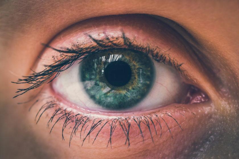 Primer plano ojo verde de mujer
