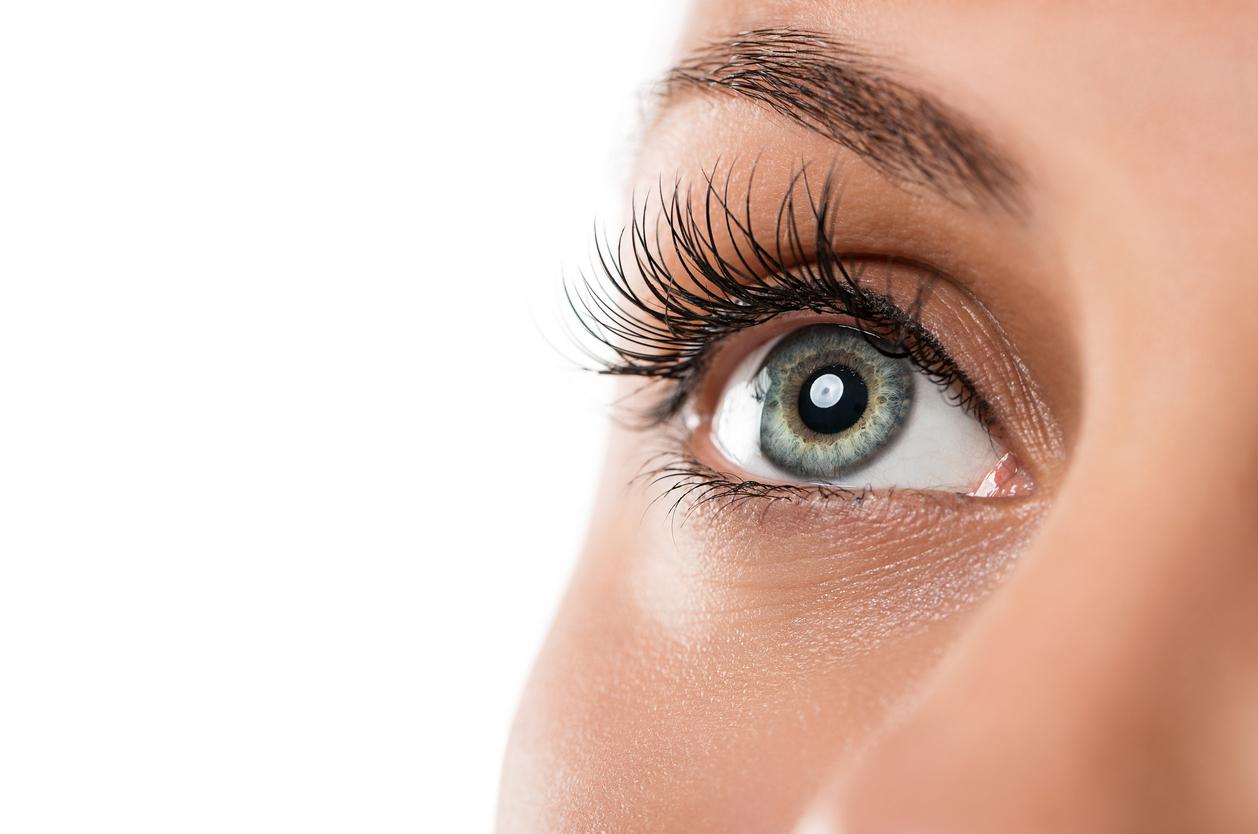 Primer plano ojos verdes de mujer