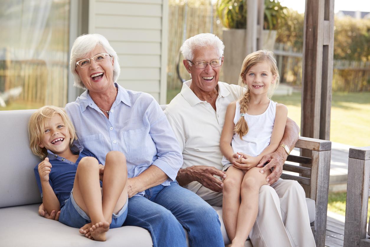 Matrimonio mayor con dos niños