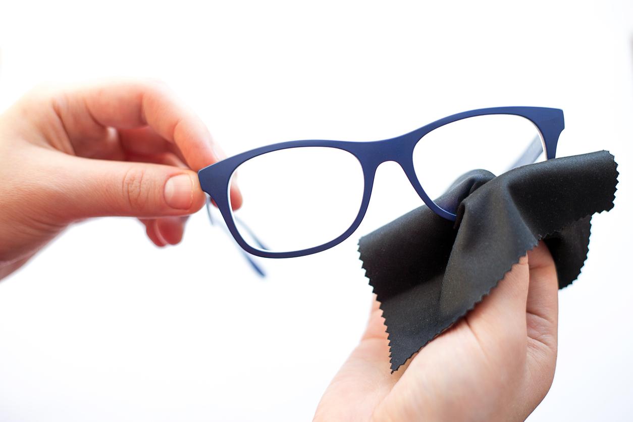 cómo limpiar las gafas con toallita