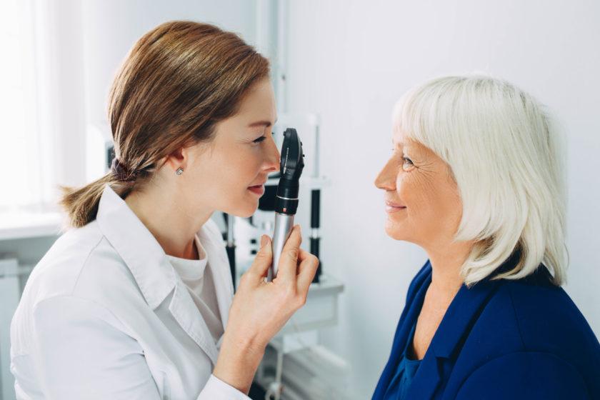 Mujer mayor siendo explorada por una oftamóloga