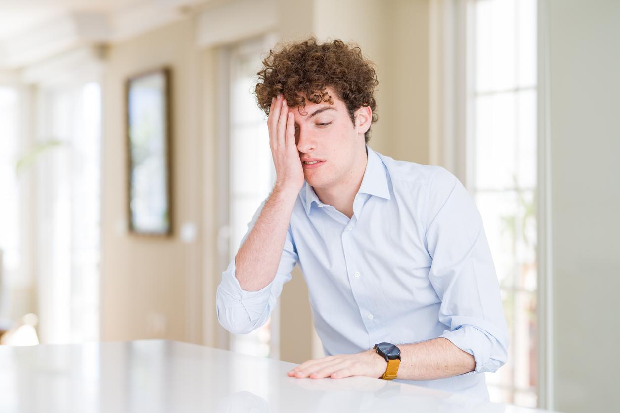 Hombre joven tapándose un ojo