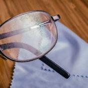 Cómo quitar los rayones de las gafas: esta es la técnica correcta