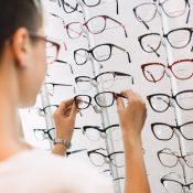 Gafas mal graduadas: señales que lo indican y posibles complicaciones