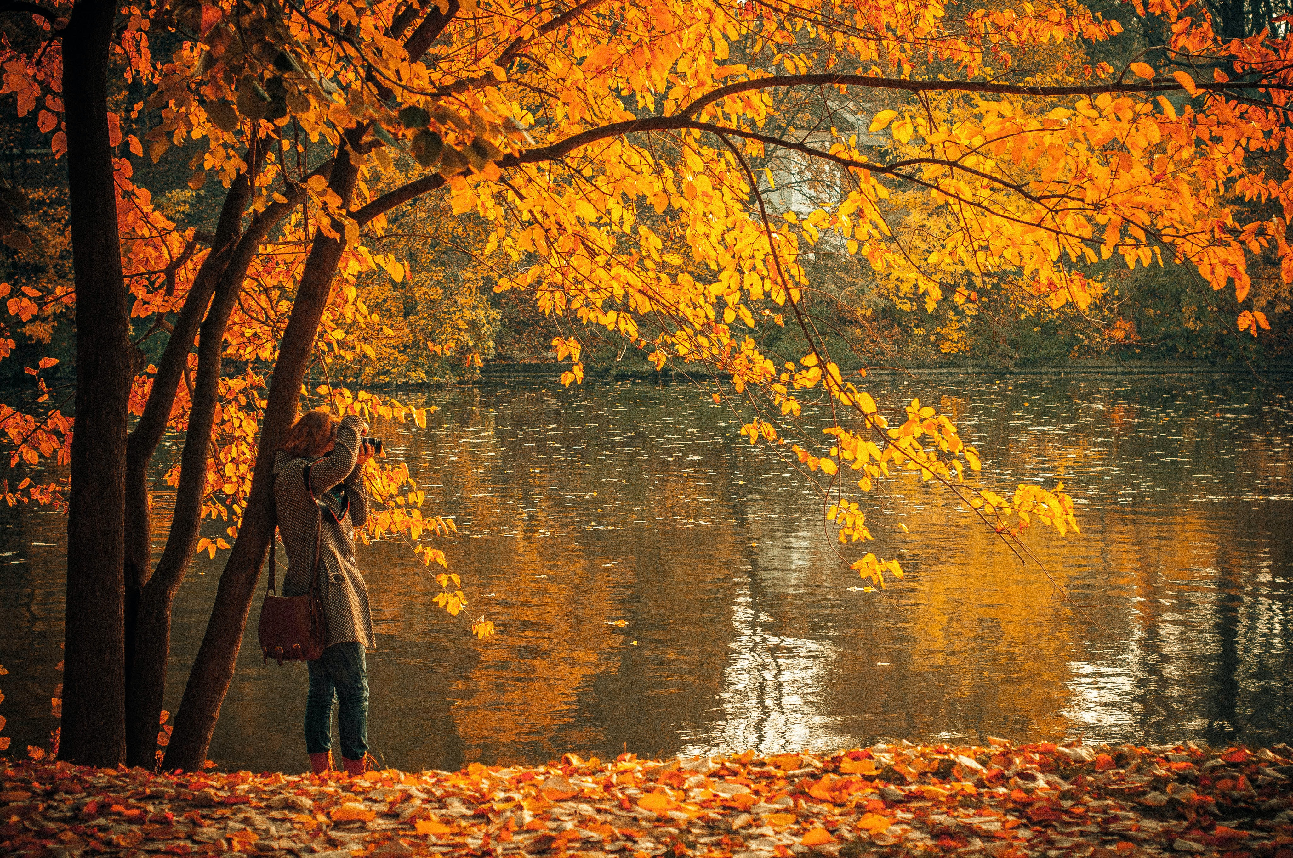 Mujer fotografía un lago