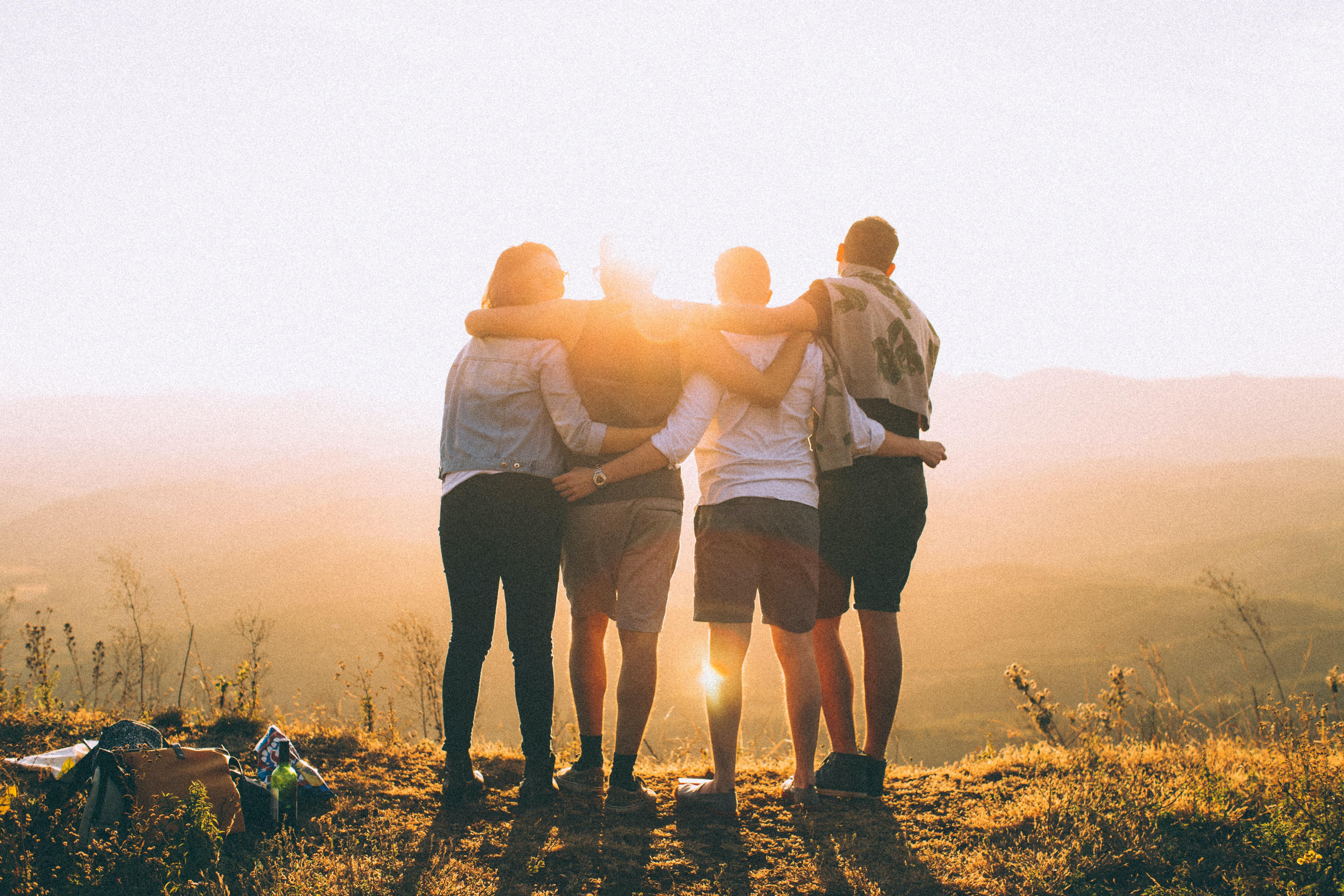 Grupo de amigos abrazándose