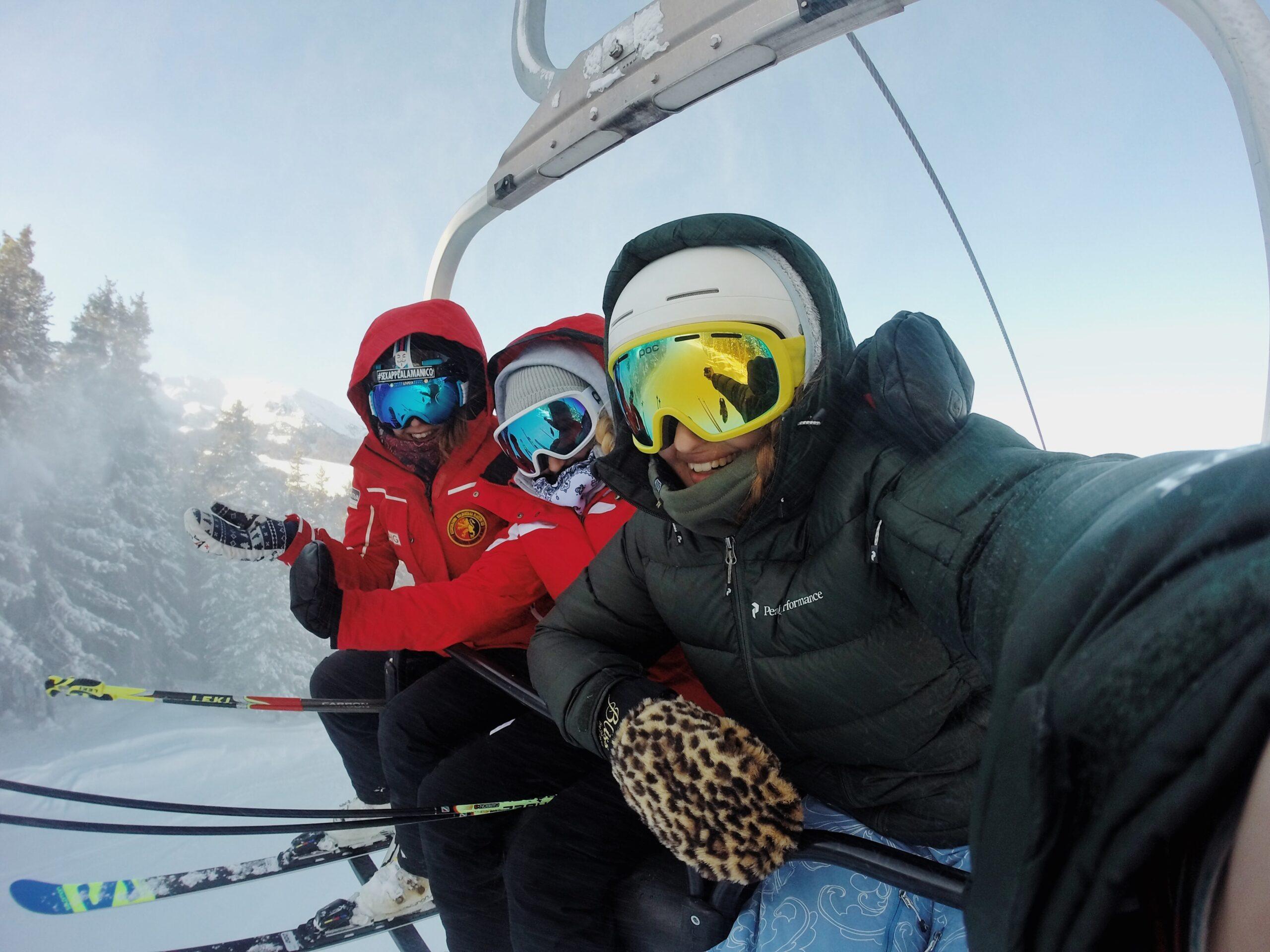 Amigos practicando esquí