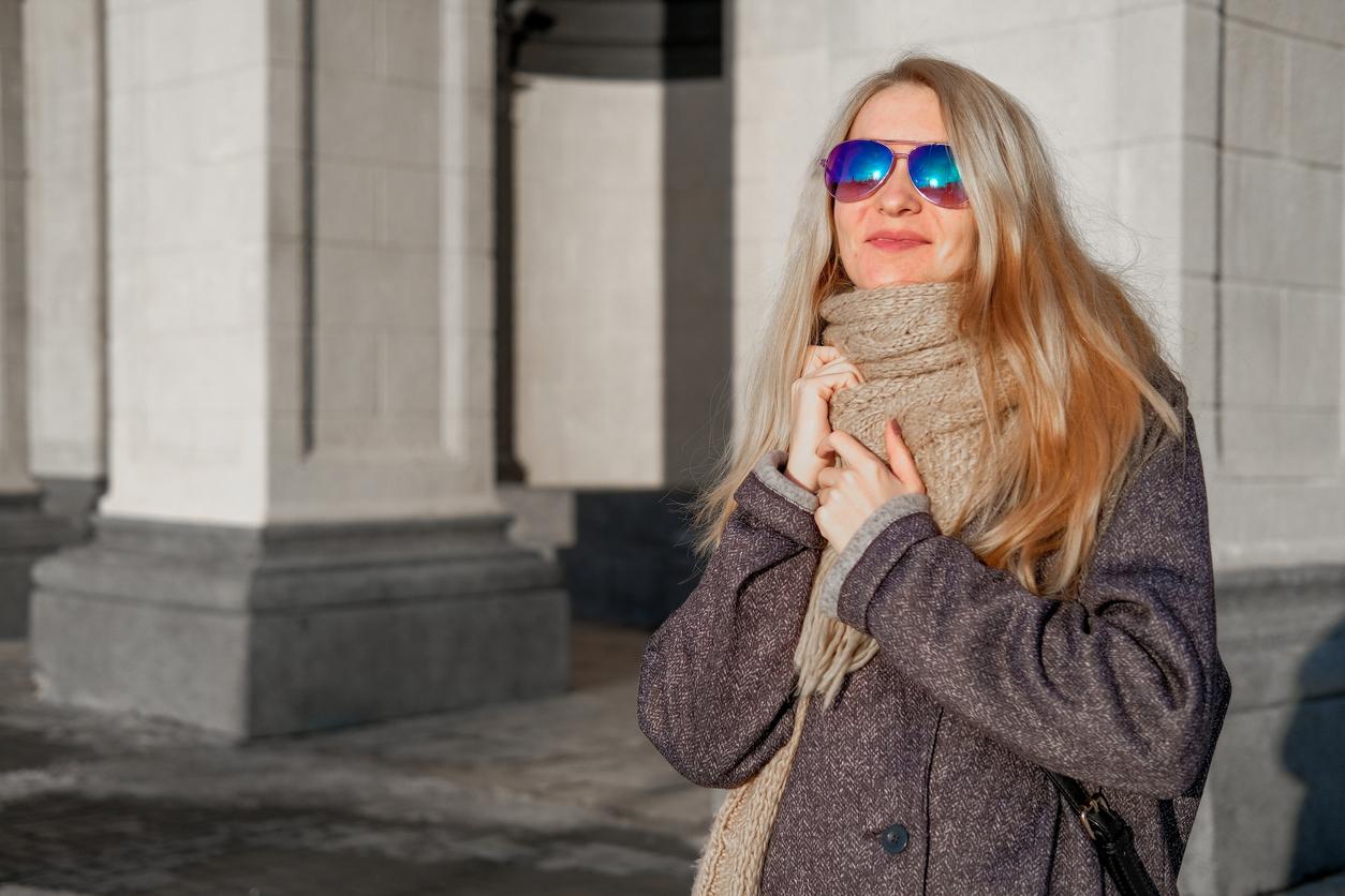 Chica con abrigo y gafas de sol