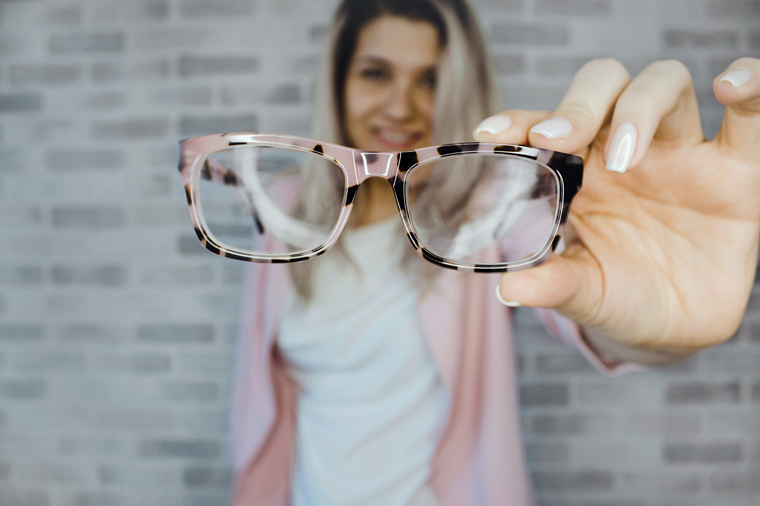 Chica enseñando unas gafas