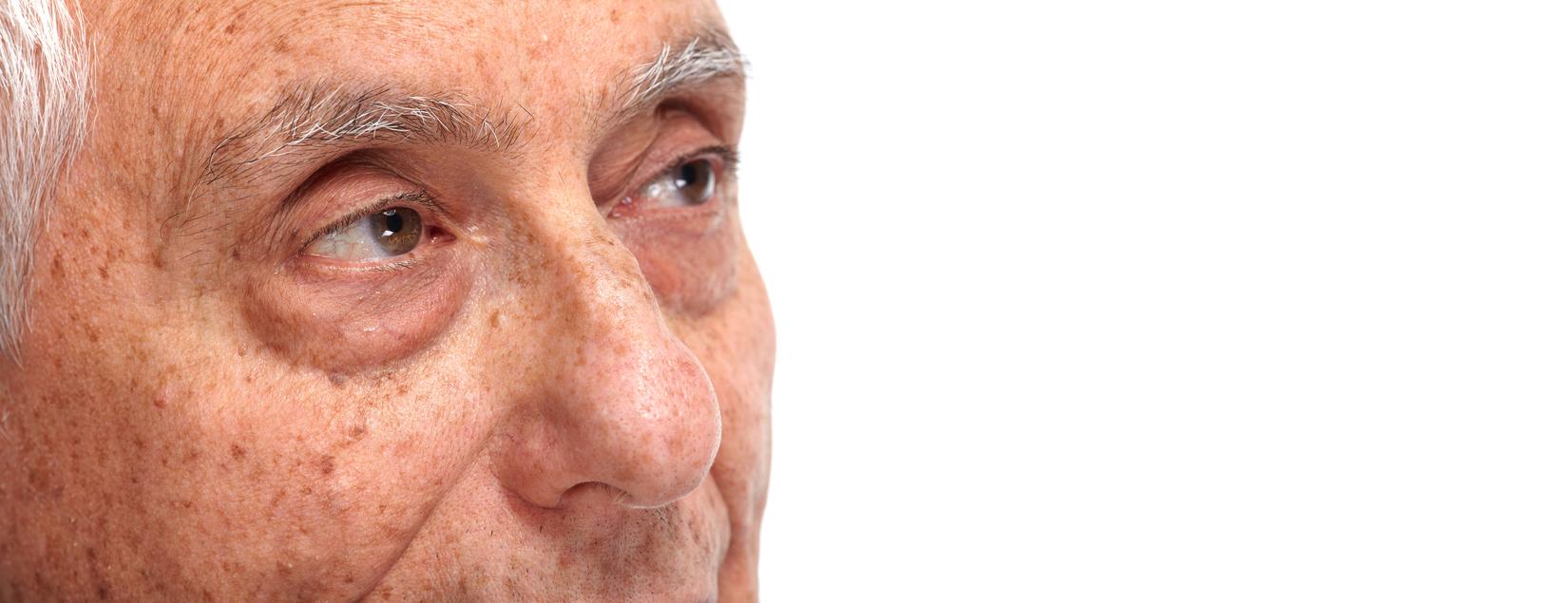 Hombre mayor mirando hacia un lado