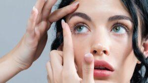 Mujer poniéndose unas lentillas