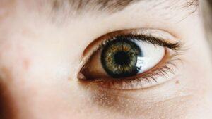 Ojo verde mirando de frente