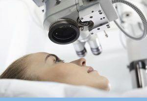 Mujer en camilla de  quirófano de oftalmología