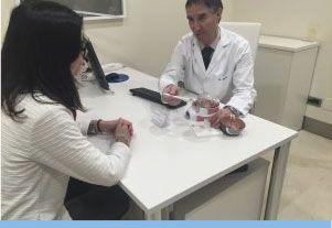 Oftalmólogo explica a paciente proceso de cirugía refractiva
